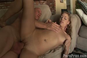 Meisje vingert haar meisje neukt opa