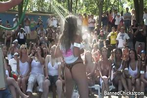 Amateur sletten gaan erg ver in miss wet t-shirt contest