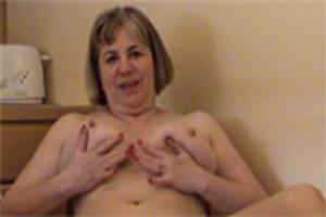 sex in de woonkamer oma komt spuitend klaar